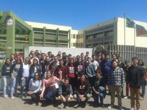 Foto com estudantes e professores do curso em frente à Unipampa